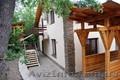 Новый трехэтажный дом в кипарисовой роще